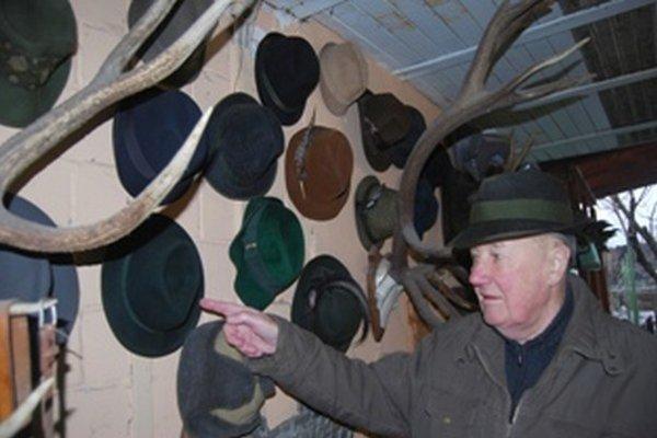 Vladimír Slávik má najväčšiu zbierku poľovníckych klobúkov