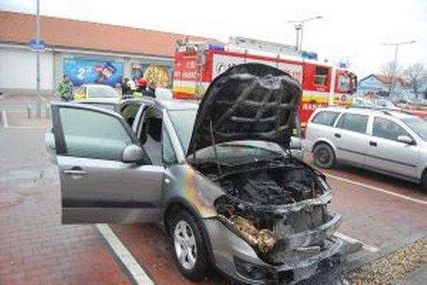 Požiar zničil motorovú časť osobného auta