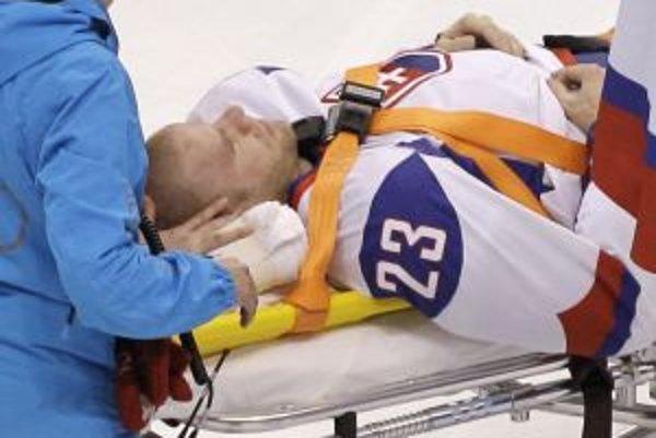 Ľuboš Bartečko v opatere lekárov po zákroku nórskeho hokejistu Kristiana Tollefsena.
