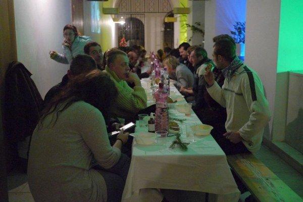 V priestoroch Piaristického gymnázia v Trenčíne si bezdomovci vychutnali štedrovečernú večeru.