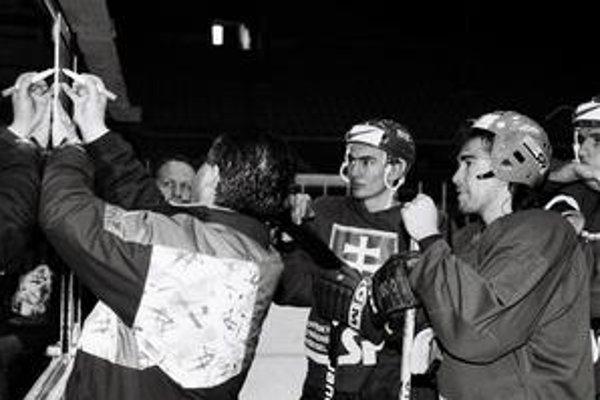 Tréner Július Šupler (vľavo) dáva pokyny Miroslavovi Šatanovi a Žigmundovi Pálffymu (vpravo) dva dni pred začiatkom MS 1996. Slováci štartovali prvýkrát v A-kategórii, skončili na 10. mieste.