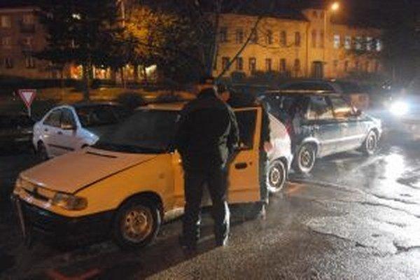 Policajti pri Felicii s opitým šoférom.