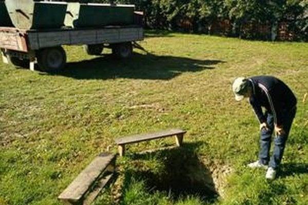 Kráter, ktorý ostal po prepadnutí sa traktora.
