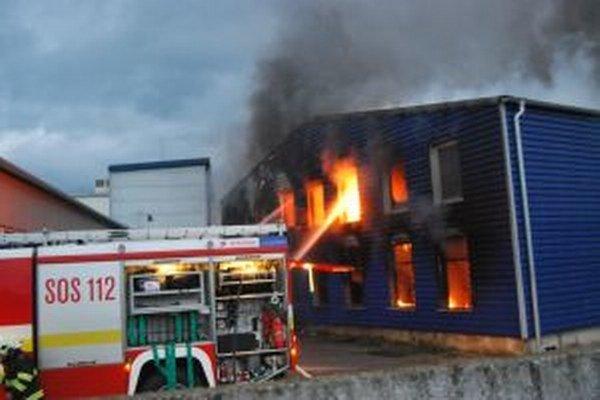 Plamene v prevádzkovej hale dosahovali niekoľko metrov.