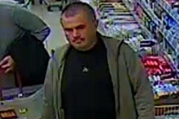 Jeden z podozrivých mužov z krádeže v supermarkete.