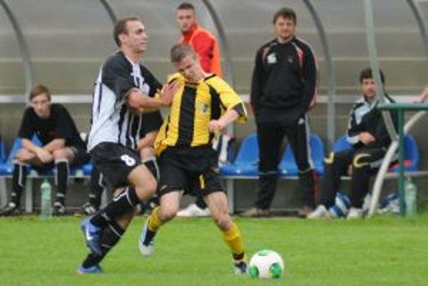 Roman Ďuriš (vpravo) v súboji s hráčom Púchova.