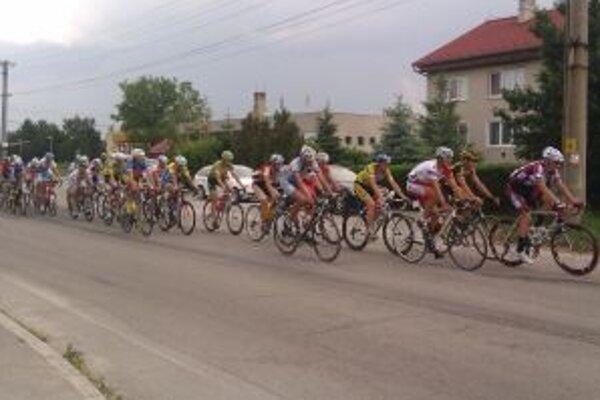 Pelotón cyklistov povzbudzovali miestni ľudia.