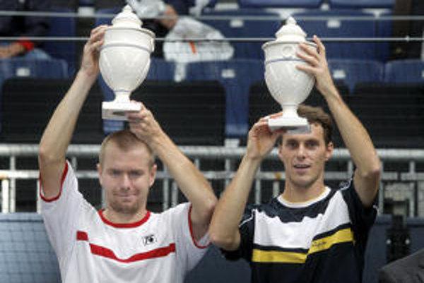 Michal Mertiňák (vľavo) spolu s Čechom Františkom Čermákom a víťaznou trofejou.