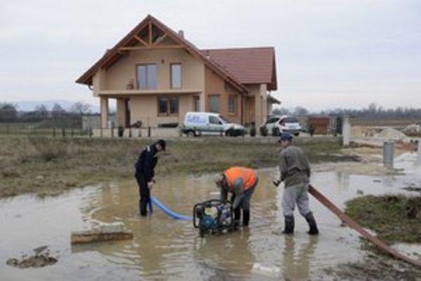 Obce okresu Bánovce nad Bebravou sa po veľkonočných záplavách pripravujú na ďalšie predpokladané zvýšené zrážky.