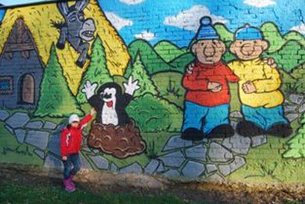 Rozprávkový múr skrášlil detské ihrisko