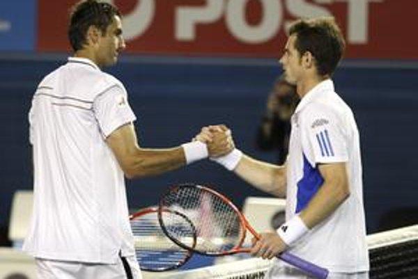 Britský tenista Andy Murray si podáva ruku s porazeným Chorvátom Marinom Čiličom po jeho víťazstve v semifinále Australian Open.