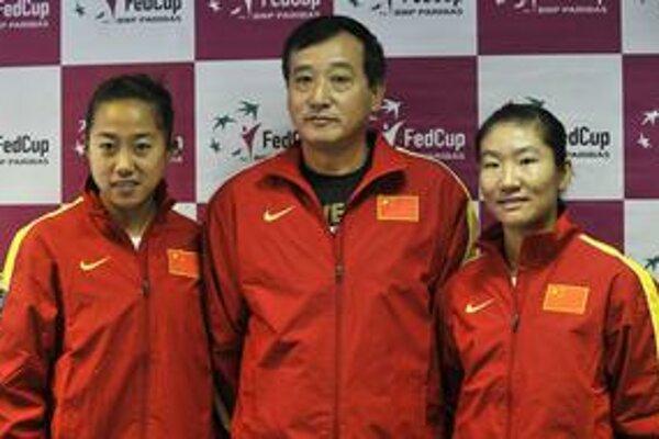 Nezvyčajná zostava Číny pred zápasom Pohára federácie, kapitán Fu Čung a hráčky druhého sledu Šuai Čang (vľavo), Ťingťing Lu. Na piatkovom žrebovaní musia byť aspoň tri tenistky, dnes by mala pricestovať Sinjun Chan.