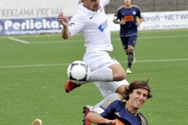 Strelec jediného gólu Peter Mazan (v bielom).