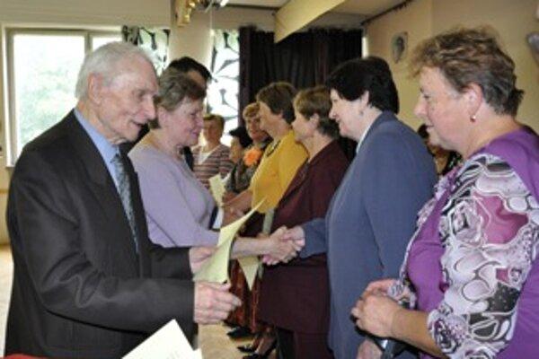Osvedčenia o absolvovaní jubilejného ročníka si prevzalo 141 poslucháčov - seniorov.