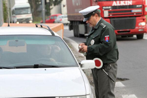Pri každej kontrle policajti otestujú vodiča, či nepožil alkohol.