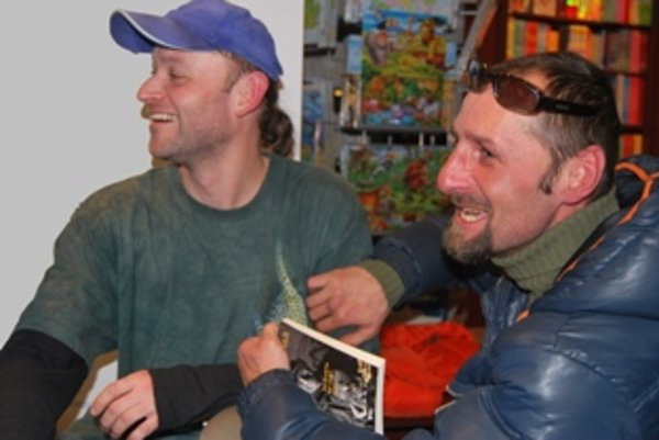 Peter Sorát so svojím kamarátom (vpravo) z ulice.
