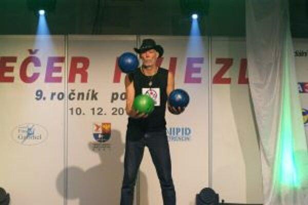 Milan Roskopf vytvoril s troma bowlingovými guľami zápis do Guinessovej knihyrekordov.