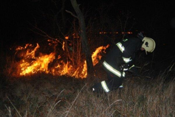 Požiar lúčneho porastu zasiahol obrovskú plochu.