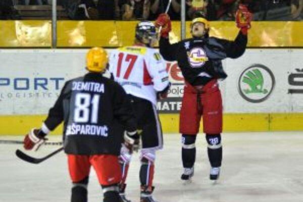 O prvý presný zásah v novej sezóne sa postaral Rado Tybor (so vztýčenými rukami). Podľa gesta bolo jasné, komu svoj presný zásah venuje.