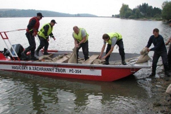 Hasiči trénovali záchranu ľudí na vode.