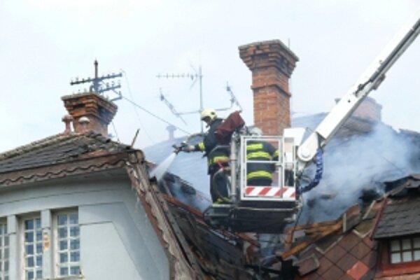 Z doposiaľ nezistených príčin začala horieť drevená konštrukcia strechy.