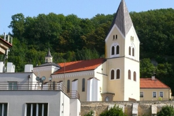 Po odkanalizovaní okolia kostola opravili strechu, vynovili vonkajšiu fasádu.