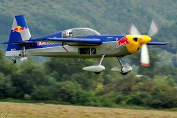 Na európskom šampionáte v leteckej akrobacii štartuje 51 pretekárov.