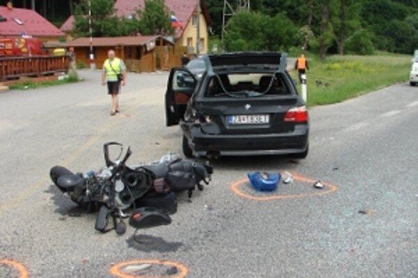 Pri nehode pri Drietome sa ťažko zranil motocyklista, polícia začne trestné stíhanie pre prečin ublíženia na zdraví.