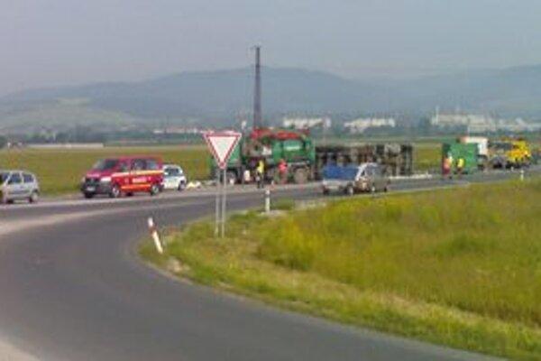 Nehoda kamióna spôsobila v rannej špičke asi päťminútové zdržanie prechádzajúcich áut.