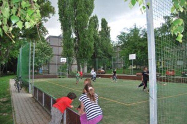 Mladí hokejisti prišli o ochrannú sieť na ihrisku.