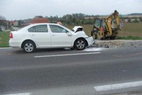 Pri dopravnej nehoda zasahovali zdravotníci aj hasiči.