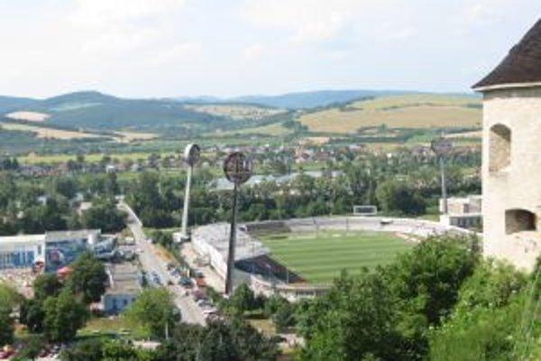 Mestský futbalový štadión už roky chátra, jeho vlastník však na opravy nemá peniaze.