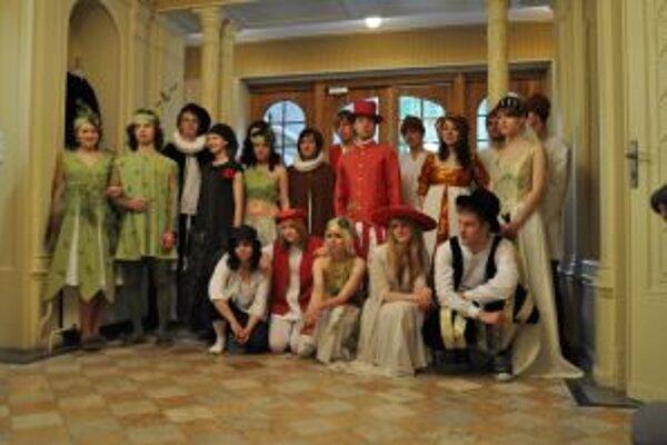Mladí herci si pripravili scénu aj kostýmy.