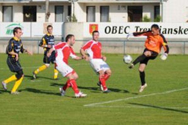 Brankár Furka (vpravo) inkasoval v Trenčianskych Stankovciach štyri góly.