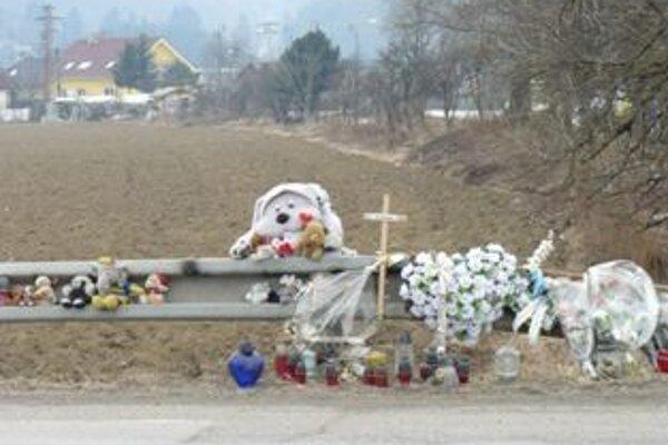 Miesto nehody pripomínajú sviečky a hračky. Ľudia si však tadiaľto stále skracujú cestu.