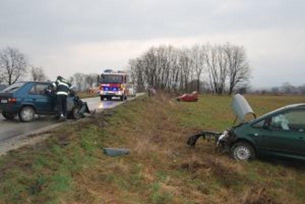 Po havárii pri Čachticiach ostali tri osobné autá zdemolované.