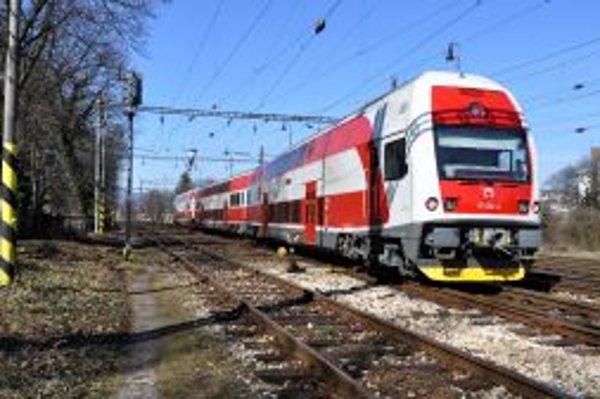 Na železničnej stanici v Trenčíne predstavili elektrický poschodový vlak a pokrstili ho menom Lucia.
