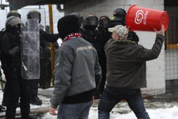 Fanúšikovia Spartaku Trnava za výtržnosti v Luhačoviciach dostali zákaz vstupu na všetky zápasy Tipsport ligy.
