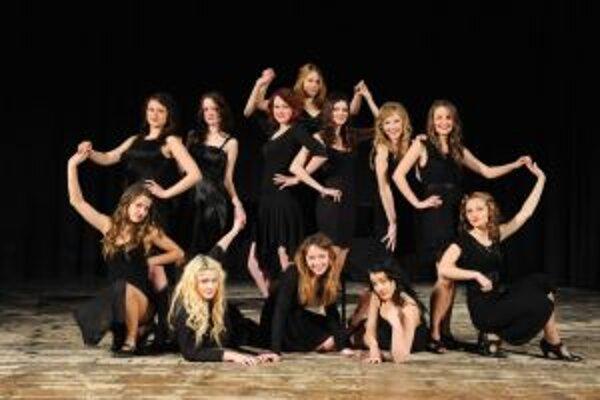 Mladé herečky nacvičujú hru Všetko o ženách