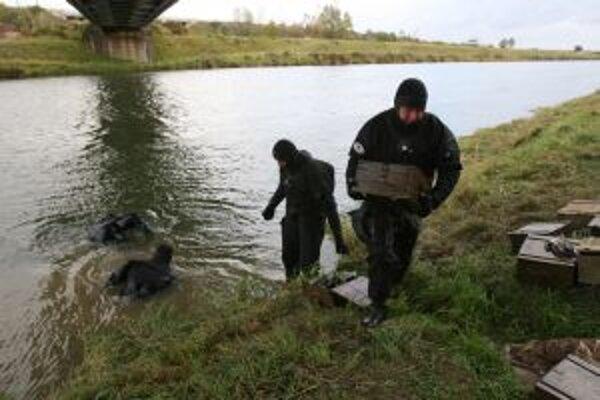 Vo vode pri Nemšovej ležalo asi dvadsať debničiek s nábojmi do samopalu