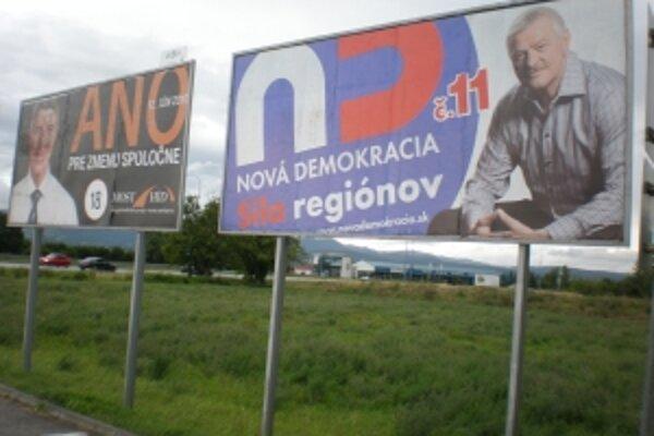 V lete je reklamy málo,mnohých politikov prelepia až nové volebné plagáty