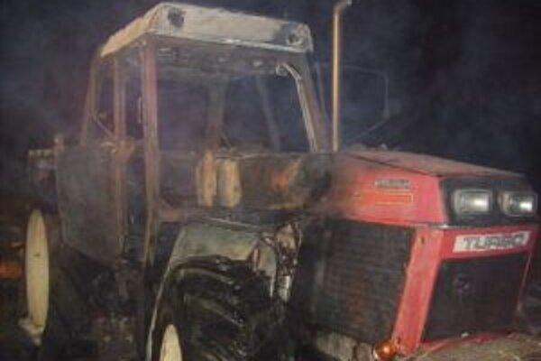 K horiacemu traktoru privolali hasičov z myjavskej stanice.