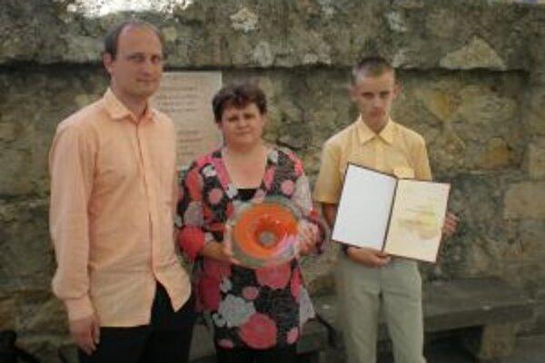 Úspešný olympionik Filip Pokrývka s učiteľom fyziky Mariánom Igazom a riaditeľkou školy Danielou Kučavíkovou.