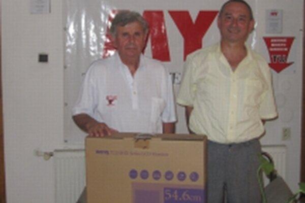 Viliam Harušťák (vľavo) si po výhru LCD monitor prišiel v spoločnosti starostu obce Lubina Milanom Strovským