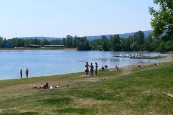 V Trenčianskom kraji je oficiálnym prírodným kúpaliskom iba Zelená voda pri Novom Meste nad Váhom.