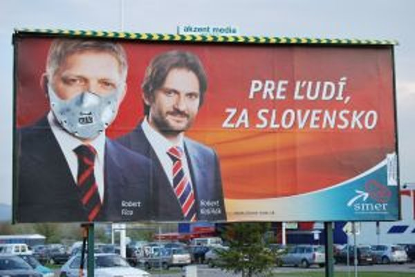 Premiér Fico ako filmový kanibal Hannibal Lecter pred hypermarketom
