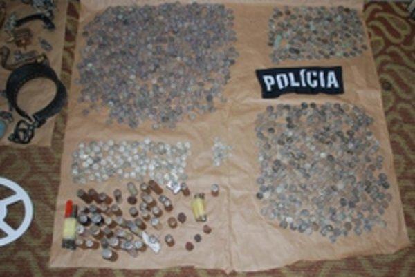 Policajti našli pri domových prehliadkach 72 kusov razníc na výrobu keltských mincí, 2 363 kusov rôznych mincí a ďalších vecí na ich výrobu