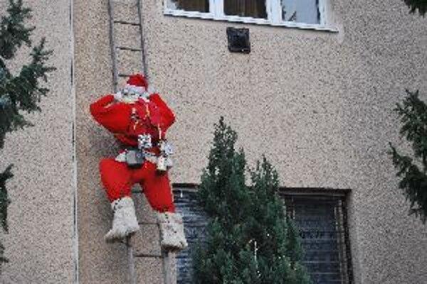 Dvojmetrový Santa Claus sa zakráda po rebríku už sedem rokov.