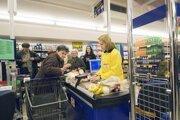 Duálne zobrazenie cien možno vidieť v niektorých obchodoch aj po novom roku.
