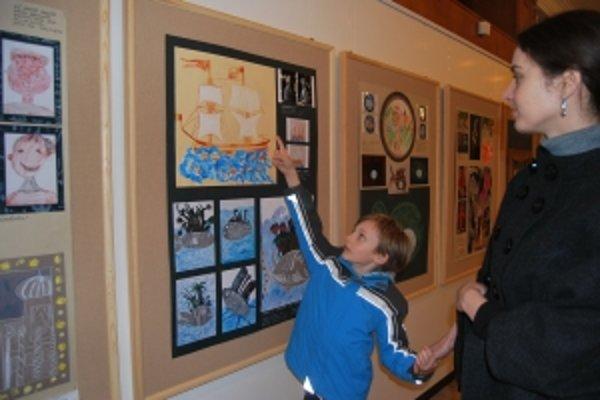 Členka poroty Katka Mareková obdivuje práce so svojim synom.